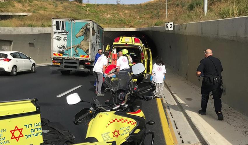 """זירת תאונת הפגע וברח במנהרת הראל, כביש 1 (צילום: דוברות מד""""א)"""