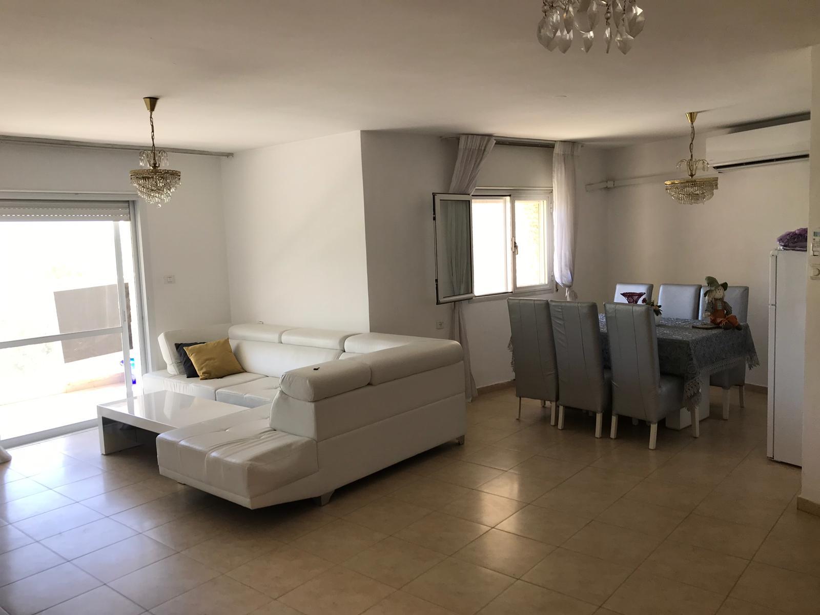 סלון הדירה ברחוב משה שרת, רמת שרת (צילום: אפי אהרון)