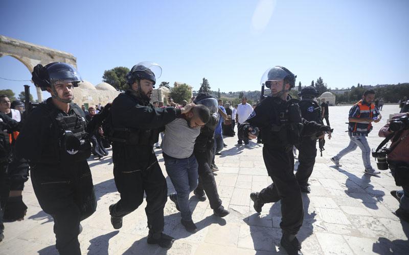 עימותים בין מתפללים מוסלמים לכוחות המשטרה בהר הבית (צילום: Mahmoud Illean - AP)