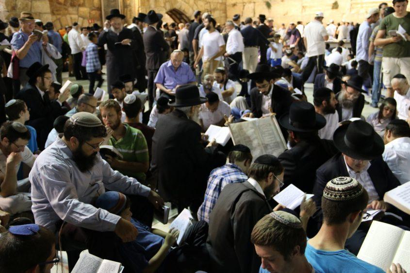 תפילות ט' באב בכותל בשנה שעברה (צילום: הקרן למורשת הכותל המערבי)
