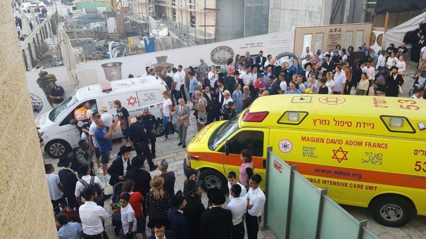 """זירת הפיגוע סמוך להר הבית (צילום: דוברות מד""""א)"""