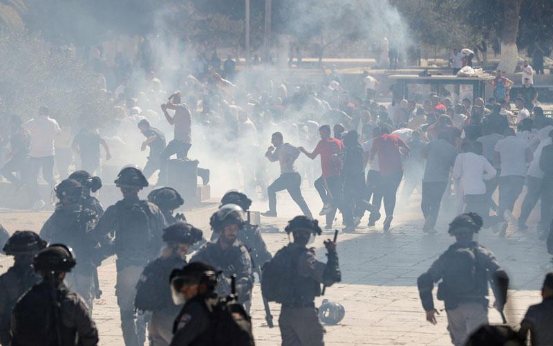 עימותים בין מתפללים מוסלמים לשוטרים במתחם הר הבית (צילום: AFP)