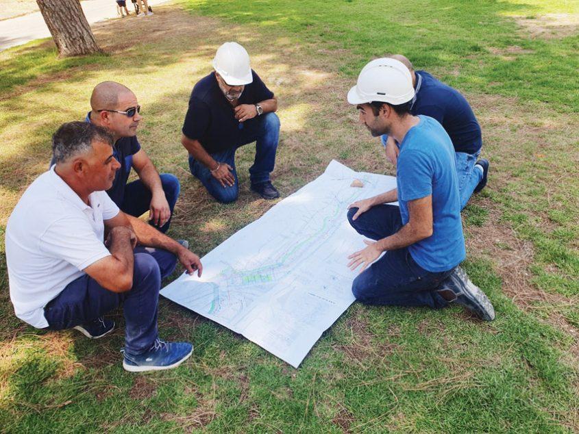 עובדי עיריית ירושלים השבוע בגן סאקר (צילום: דוברות עיריית ירושלים)