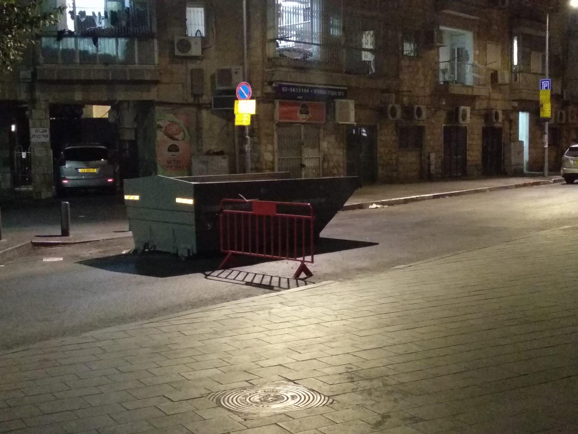 פח אשפה כמחסום למעבר כלי רכב בשבתות (צילום: פרטי)