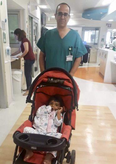 """ד""""ר אמיר זילכה ובת ה-3 שהוכשה על ידי נחש ארסי, בהדסה (צילום: דוברות הדסה)"""