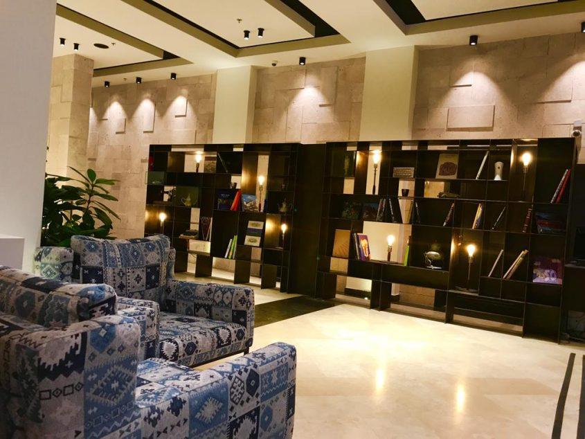 ספריית המלון (צילום: באדיבות מלון כורש סנטרל))