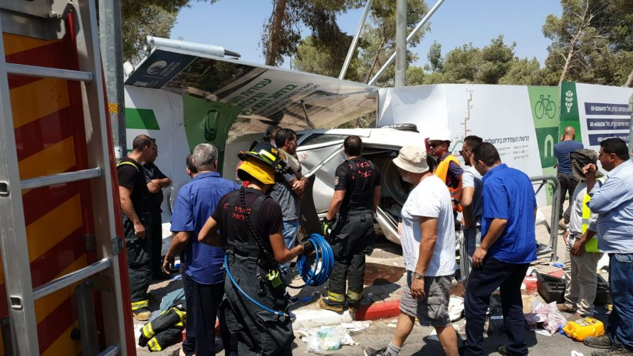 התנגשות הרכב בגילה (צילום: דוברות כבאות והצלה ירושלים)