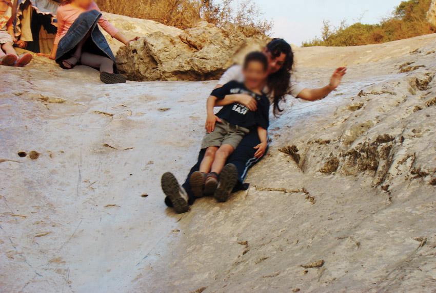 """מערת התאומים, מתקני השעשועים לילדים בסמוך למערה (צילום: ד""""ר ענת אביטל, מנכ""""לית 'מטיילים עם ענת')"""