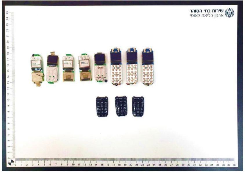 """הטלפונים הניידים שנתפסו בכלא עופר (צילום: דוברות שב""""ס)"""