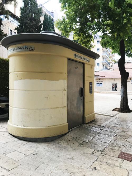 השירותים הציבוריים בכיכר הירח (צילום: טל נתנאל-נוריאל)