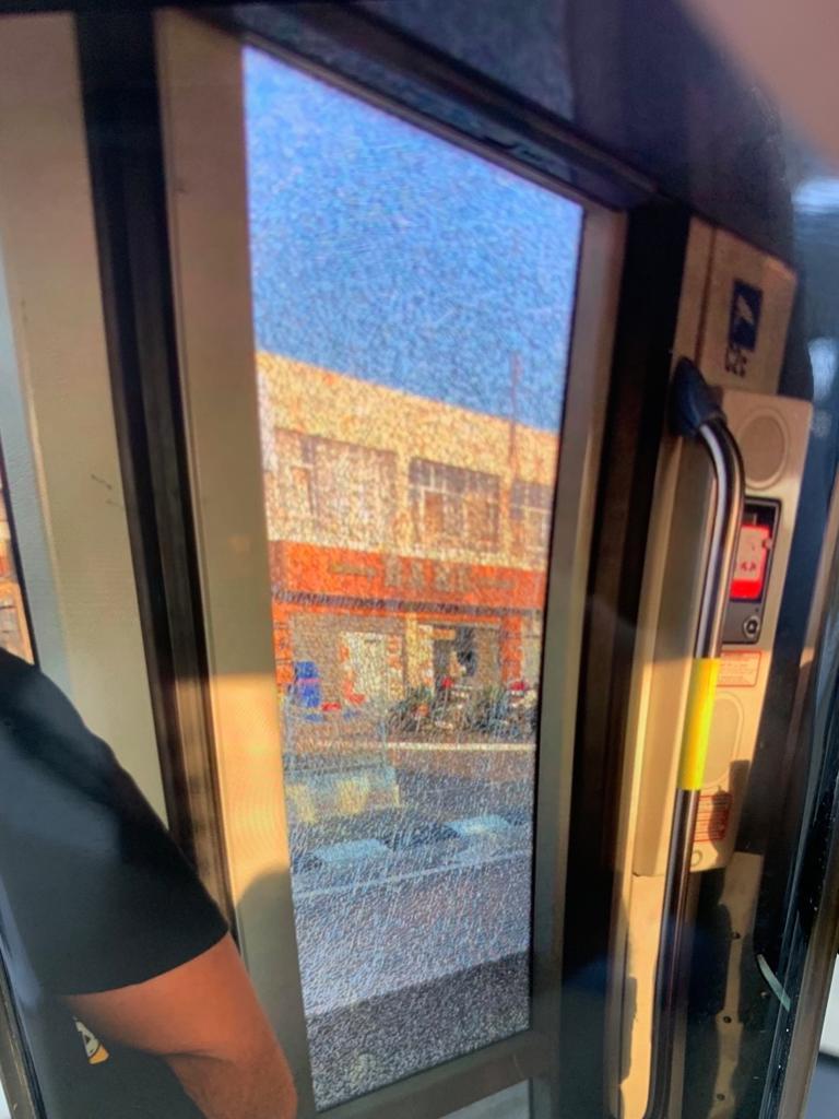 אבנים לעבר הרכבת הקלה בירושלים (צילום: דוברות המשטרה)