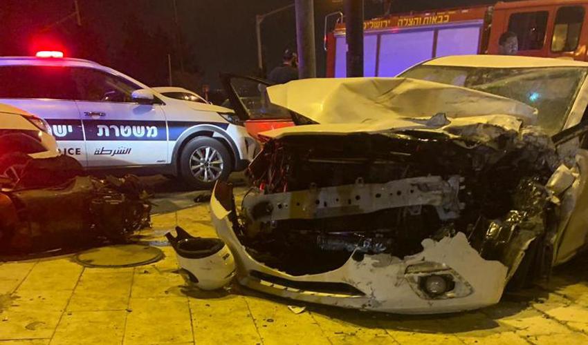 הלילה, רחוב דרך חברון - רכב התנגש בניידת (צילום: דוברות המשטרה)