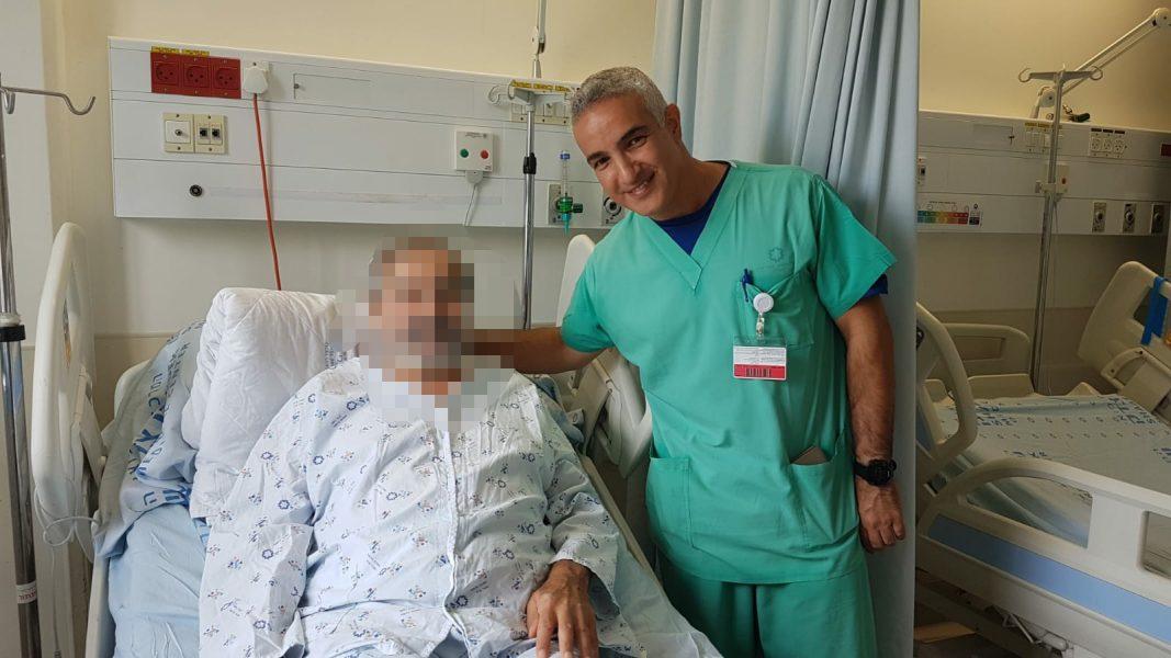 """מנהל טיפול נמרץ לב ד""""ר אלעד אשר והמטופל (צילום: שערי צדק)"""