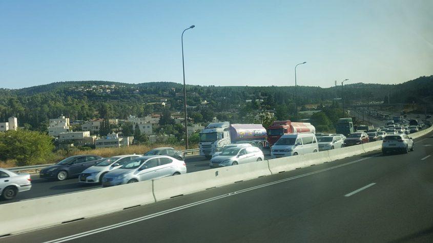 הפקקים המטורפים בכביש 1 - מירושלים לכיוון תל אביב, בשל תאונה קטלנית (צילום: בן סימנובסקי)