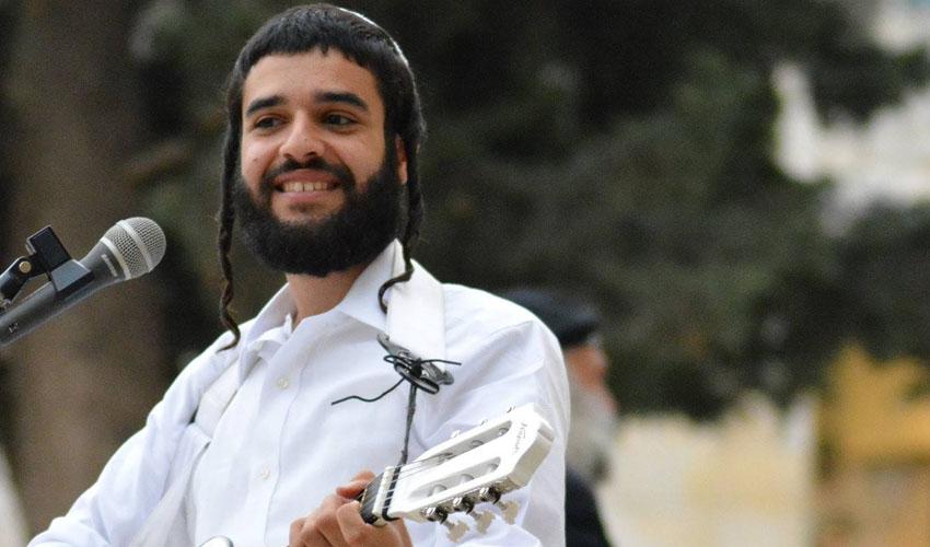 הזמר גיל אשר (צילום: דניאל צור גילו)