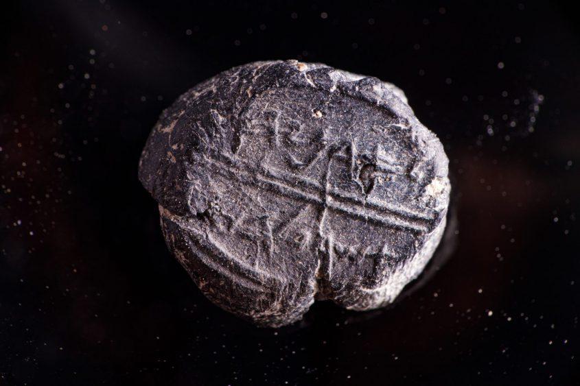 """טביעת חותם (בולה) """"לאדניהו אשר על הבית"""" (צילום: אליהו ינאי, באדיבות עיר דוד)"""