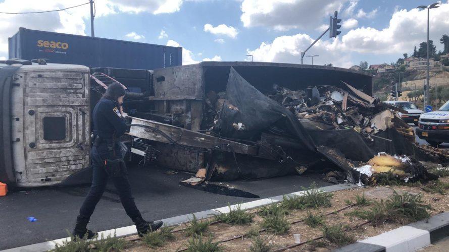 המשאית - בצומת אורה-עין כרם (צילום: דוברות המשטרה)
