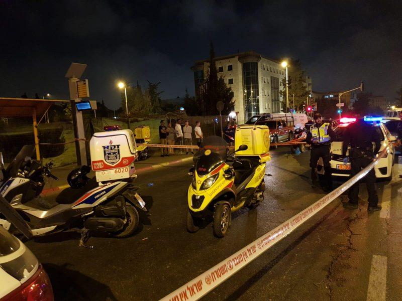 """זירת התאונה בצומת הרחובות ינובסקי-בית""""ר, הערב (צילום: זק""""א)"""