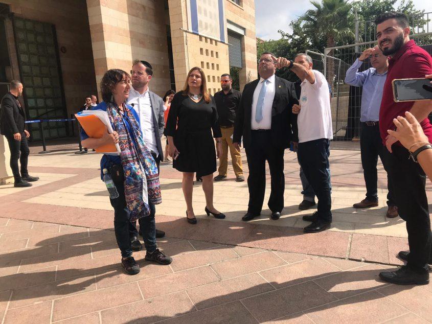 (במרכז) ראש העיר משה ליאון ומנהל מחוז ירושלים במועצה לשימור אתרים איציק שוויקי וצוות לשכת ראש העיר (צילום: ג'קי לוי)