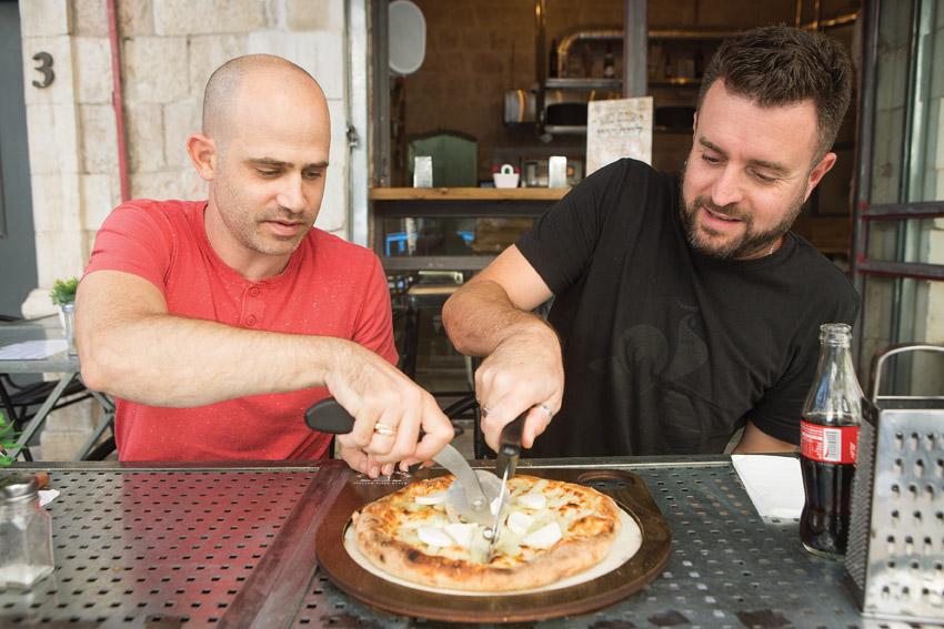 """יהונתן כהן ועמית אהרנסון, """"פיצה פומפיה"""" (צילום: יובל כהן אהרונוב)"""