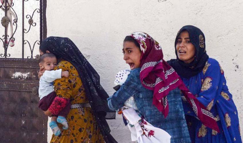נשים כורדיות נמלטות מההפצצות צבא טורקיה בסוריה (צילום: אי-פי)