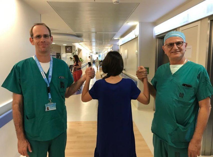 """ד""""ר אורי דיאור, המטופלת, ופרופ' אבי בן שושן (צילום: דוברות הדסה)"""