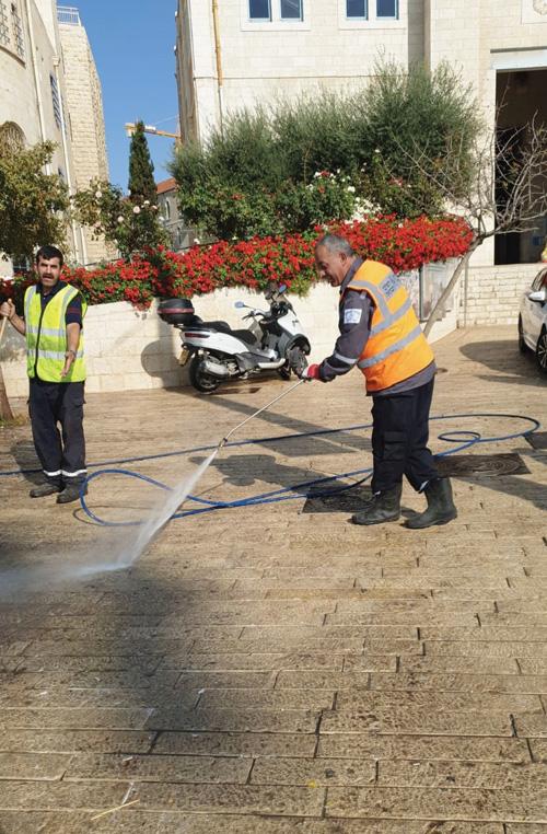 עובדי טיאוט בירושלים (צילום: דוברות העירייה)