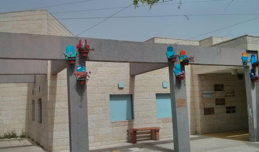 הכניסה לבית הספר הדו לשוני יד ביד (צילום: גוגל מפות)