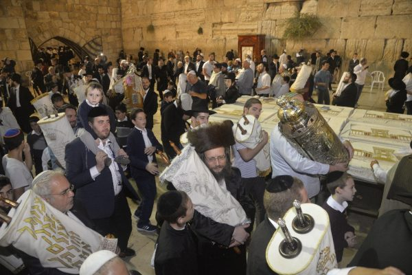 שמחת תורה בכותל – אלפים חגגו בהקפות השניות