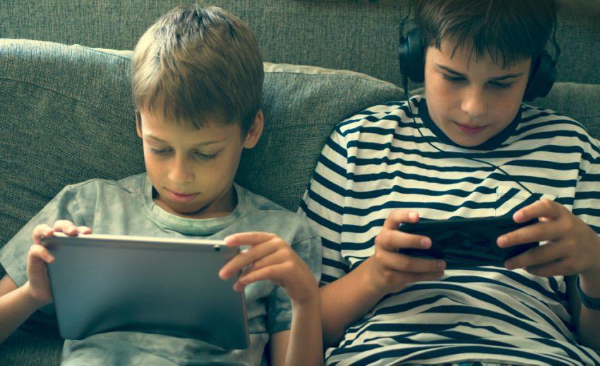 ילדים בטלפון הנייד ובטאבלט - מסכים (צילום אילוסטרציה: shutterstock.com / vesna cvorovic)