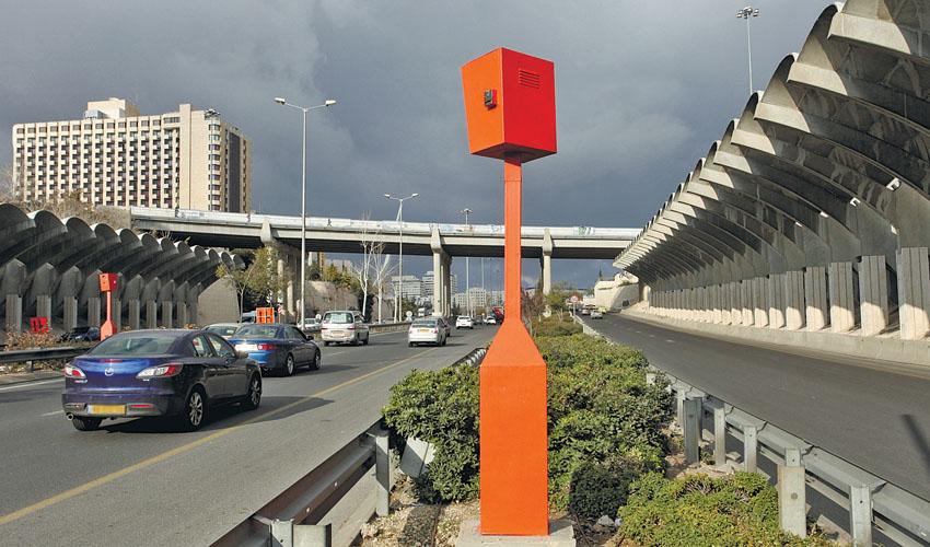 מצלמות מהירות בכביש בגין (צילום: אורן בן חקון)