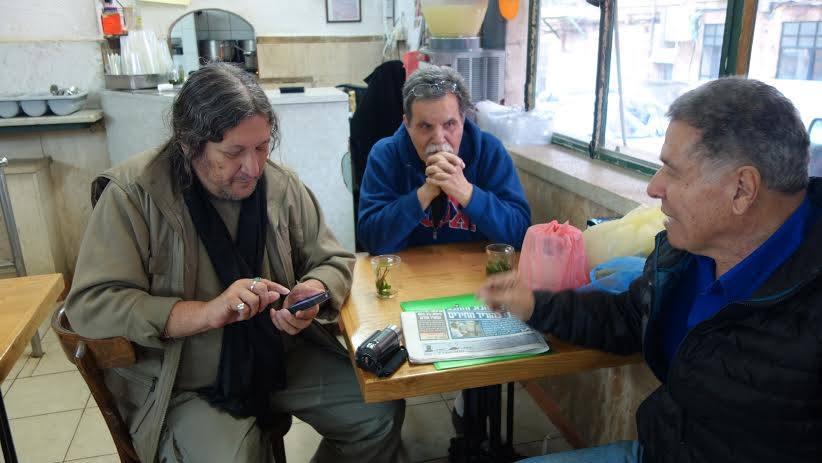 """איציק גיל ז""""ל וחברים במסעדת רחמו (צילום: באדיבות שוקי בן עמי, מתוך פייסבוק)"""