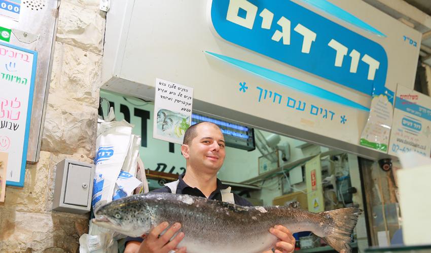 """טוביה דהן, בנו של דוד דהן, מבעלי """"דוד דגים"""" (צילום: ארנון בוסאני)"""