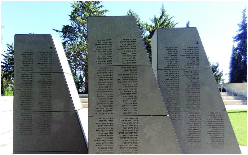 """עמודי הזיכרון באנדרטה להנצחת יהודי אתיופיה שנספו בדרכם לישראל (צילום: ד""""ר אדם אקרמן)"""
