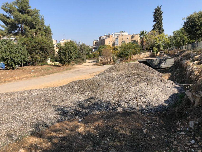 פסולת הבנייה סמוך לפארק המסילה (צילום: תושבי השכונה)