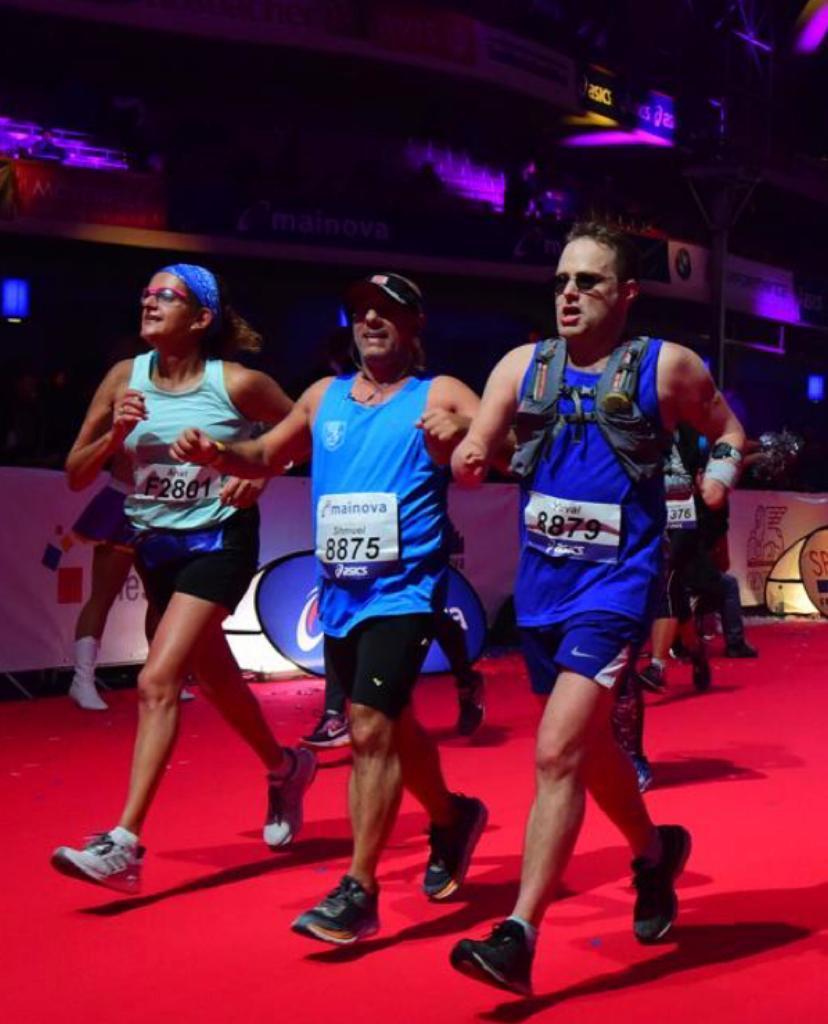"""(מימין) יובל לסטר קידר ז""""ל, שמוליק משי וענת יקיר - חבריו לקבוצת הריצה. סיום מרתון פרנקפורט 2018 (צילום: אלבום פרטי)"""