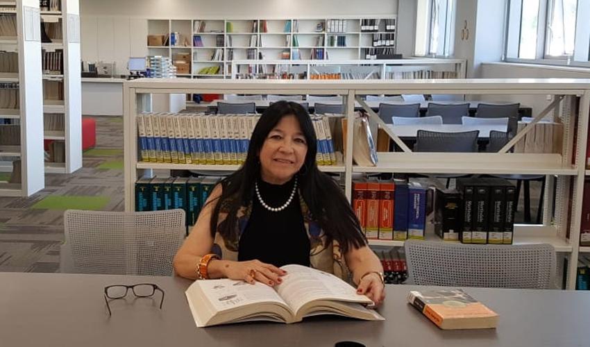 דרורה רווח - בספרייה של המכללה (צילום: פרטי)