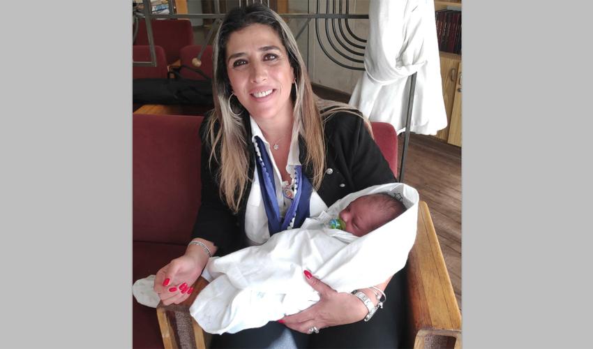 הרך הנולד ופלורה בן חמו, ראש מדור יולדות הדסה (צילום: דוברות הדסה)