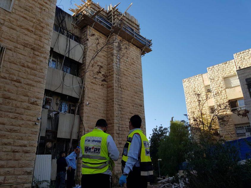 """פועל נפל מגובה באתר בנייה בנוה יעקב (צילום: זק""""א)"""