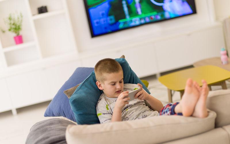 ילד משחק בטלפון הנייד (צילום אילוסטרציה א.ס.א.פ קריאייטיבINGIMAGE)