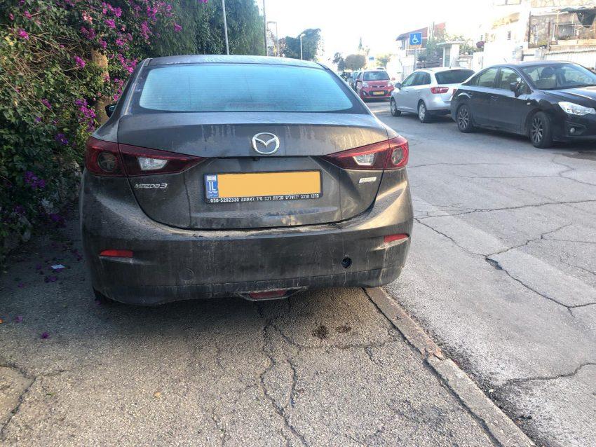"""רכב חונה על מדרכה בירושלים (צילום: """"ברחובות שלנו"""")"""