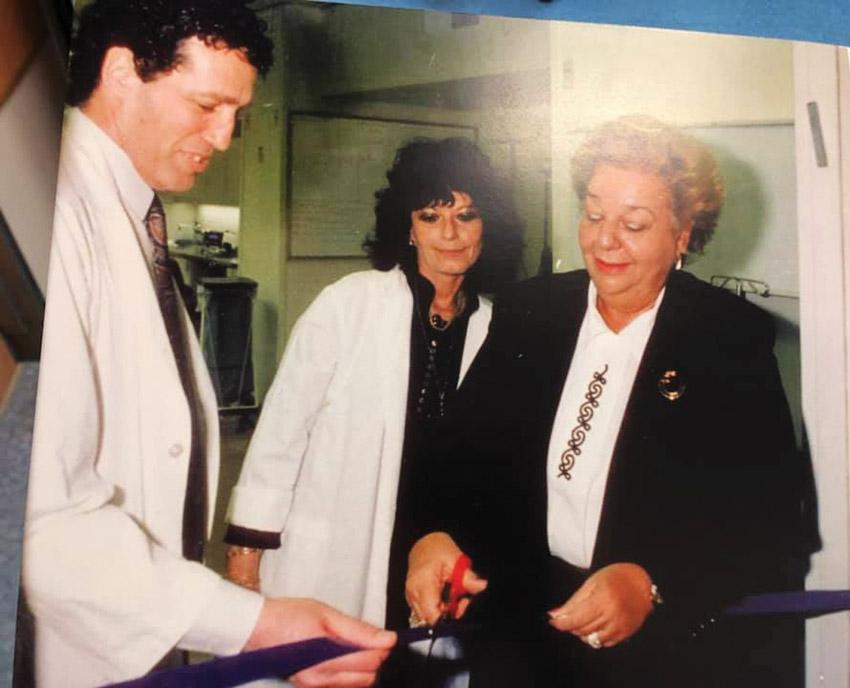 """בן יעקב ז""""ל בעת חניכת מערך הטראומה בהדסה עין כרם יחד עם פרופ' אבי ריבקינד ב-1991 (צילום: באדיבות הדסה)"""