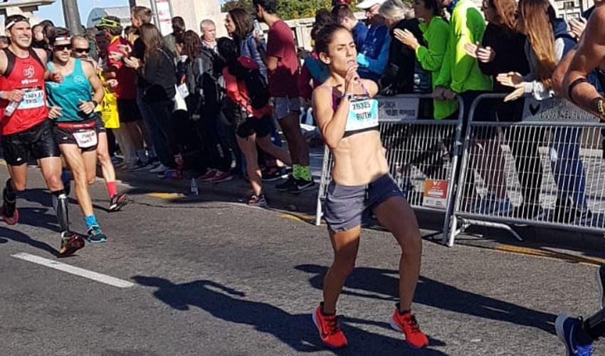 רותי זינדל-אוכמן בקילומטרים האחרונים במרתון ולנסיה 2019 (צילום: עמית נאמן)