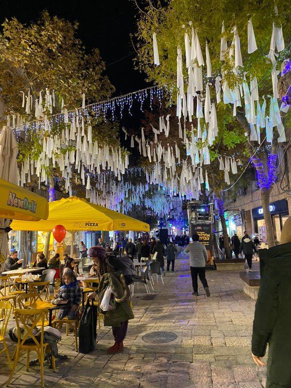תאורה מיוחדת לחנוכה במדרחוב בן יהודה (צילום: אינטלקט)