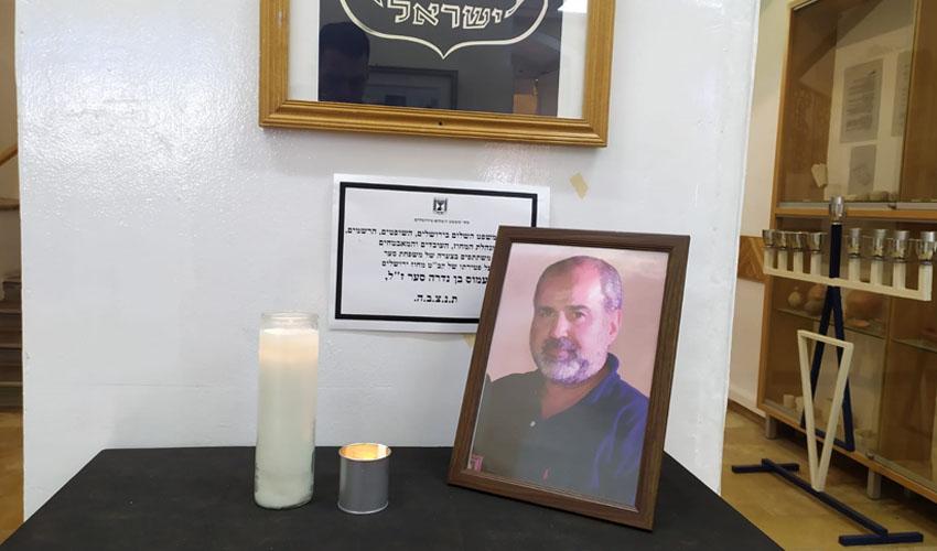 פינת הזיכרון שהוצבה הבוקר בבית משפט השלום בירושלים (צילום: שלומי הלר)