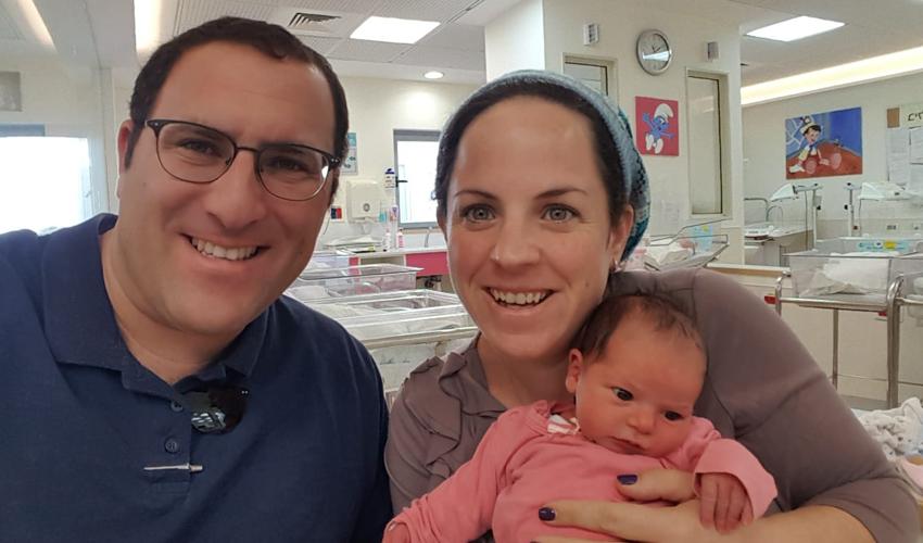 ציפי רימל ובתה התינוקת נועם רחל והאב אפרים (צילום: באדיבות המשפחה)