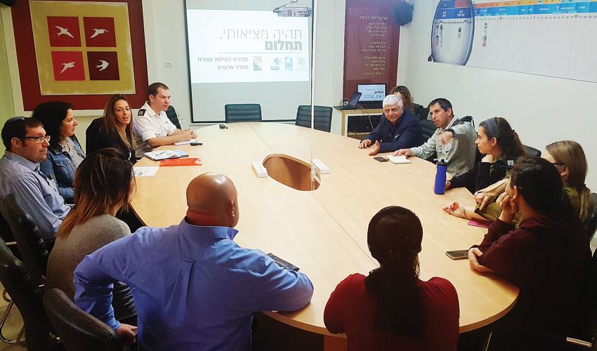המנהלת הצבאית בפגישה בלשכת ראש העיר בני כשריאל (צילום: עיריית מעלה אדומים)