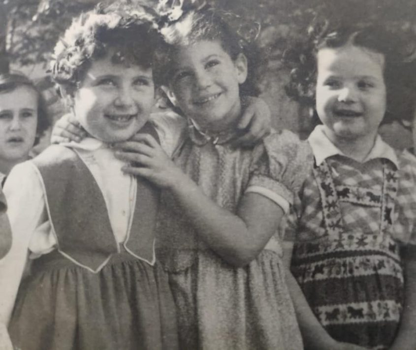 חברות ילדות. אתי בן יעקב ותמי רווה-האוזנר (צילום: מתוך דף הפייסבוק של תמי רווה-האוזנר)