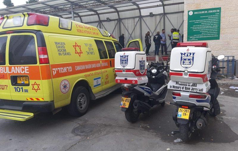 """רכבי כוחות ההצלה בסמוך לבניין שבו נמחץ הפועל (צילום: דוברות זק""""א)"""
