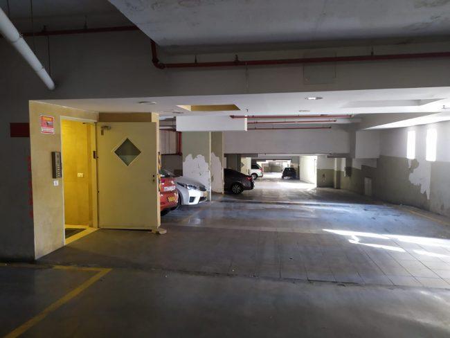 """זירת הרצח של עמוס סער ז""""ל בבניין מגוריו (צילום: שלומי הלר)"""
